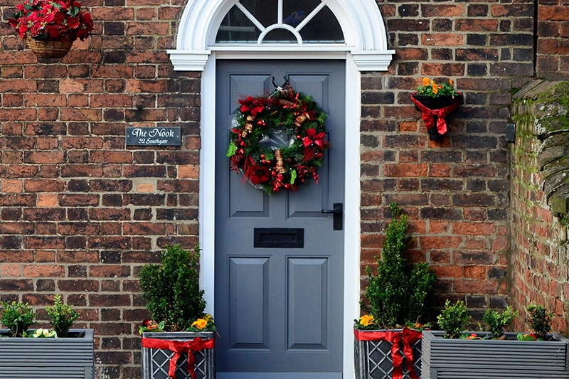 Christmas home decor ideas using easy christmas drawings, items, crafts to decorate your home door, foyer and living room to make the best christmas of the year.