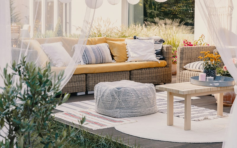 Balcony floor furniture design with rugs, carpets and drapes to your balcony floors
