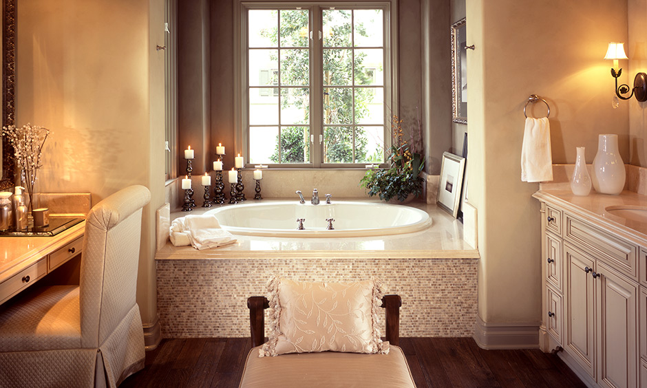 The beige, golden yellow lights, a vintage tub, a traditional vanity feel royal with this master bathroom decor ideas.