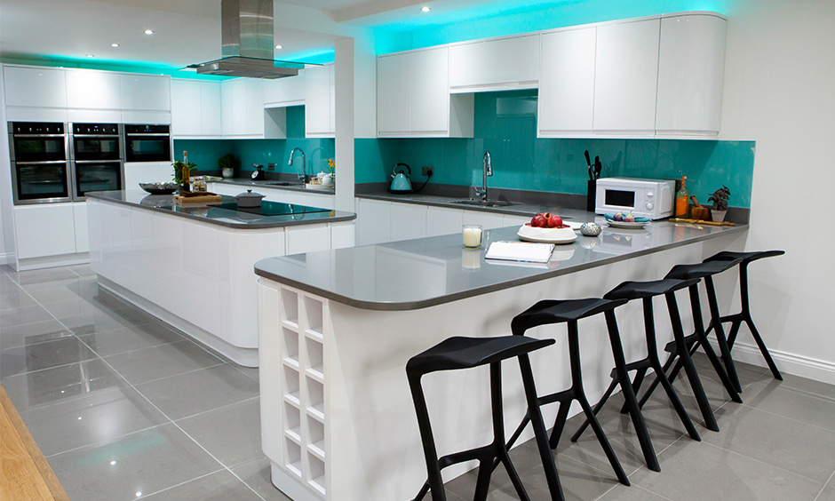 Combination of white and blue sleek kitchen design looks classy and has a soothing calming effect on the mind.