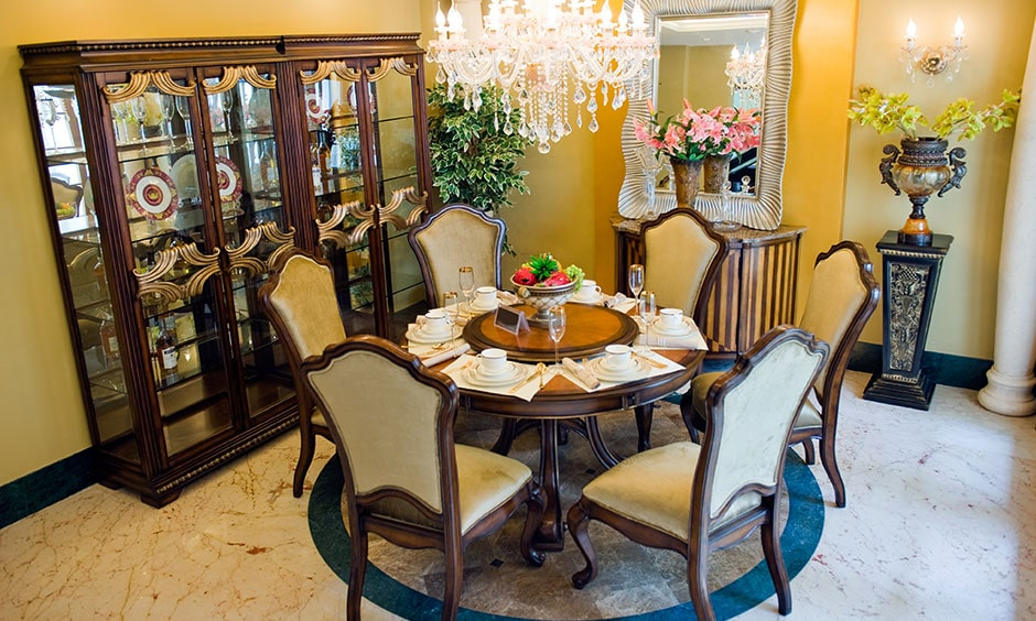 Classic round dining table design gives stylish looks to dining room interior