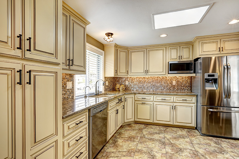 Vintage modern wood kitchen cabinets which is classy with a cool backsplash and modern kitchen equipment