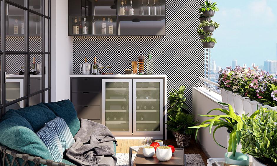 Küçük balkon dekor fikirleri, dolaplı akıllı bir bar ekler ve rahat bir kanepe balkona sıcaklık verir.
