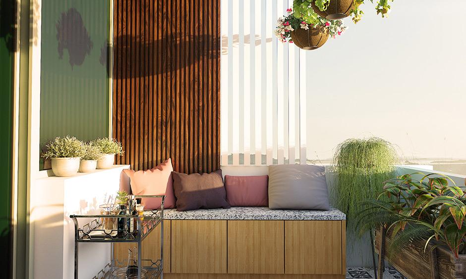 Fas tarzı karoları döşeyerek döşemeyi keyifli hale getirin ve ayrıca en iyi küçük balkon tasarımına küçük bir oturma alanı ekleyin.