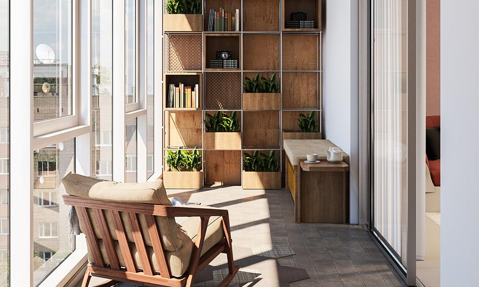 Küçük balkon fikirleri apartman yapın, balkon duvarlarınızda raflarla kitaplar veya iç mekan bitkileri için ekstra depolama alanı oluşturun.