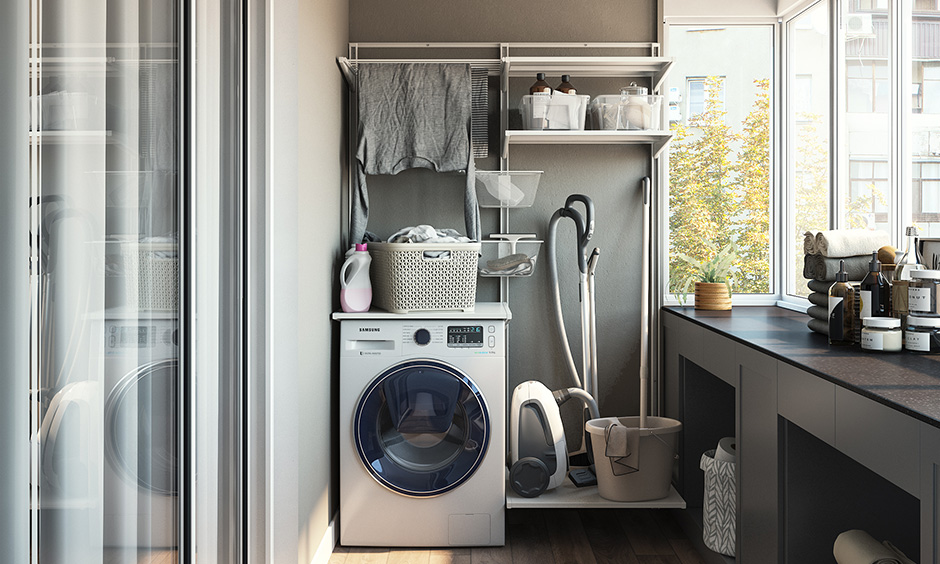 Küçük balkon dekoru, dolapları olan bir çamaşır odasına dönüştürün ve açık raflar, temel ihtiyaçlarınızı korumak için ekstra depolama sağlar.