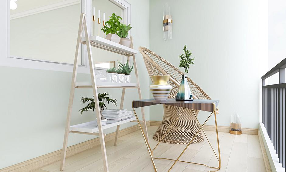Küçük açık balkon fikirleri, bir sandalye, çalışma materyali ve iç mekan bitkileri gibi yalnızca temel öğeleri tutar ve havadar bir atmosfer ekler.