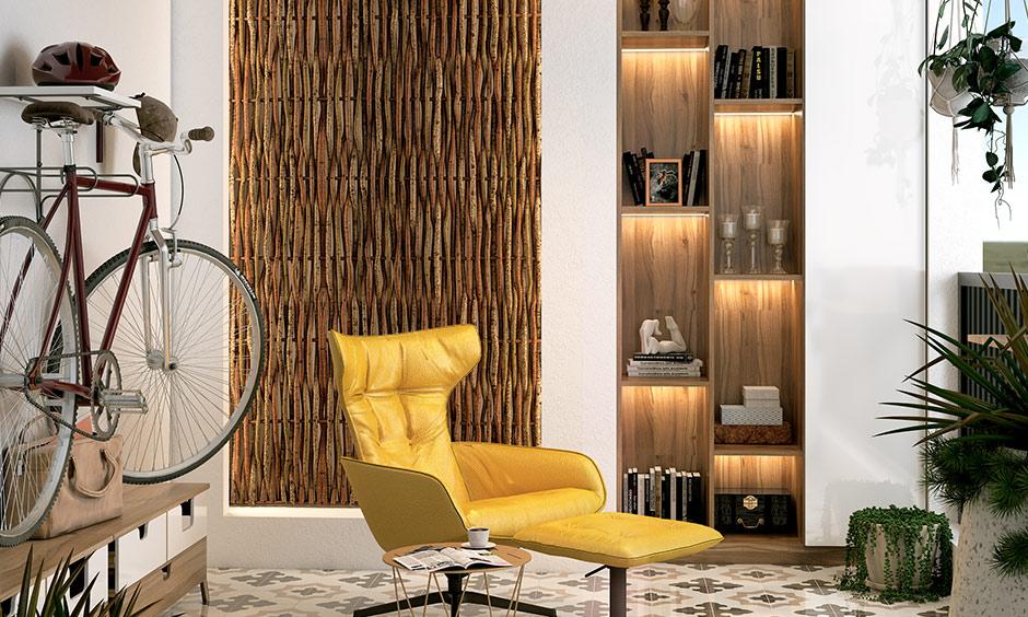 Okuyabileceğiniz ve rahat olabileceğiniz rahatlık için küçük balkon sandalyeleri ve kitapları saklamak için duvara raflar monte edin