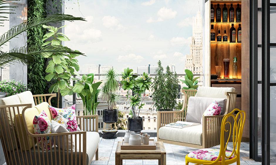 Küçük balkon dekorasyonu, özel yemek mekanına dönüştürün, rahat balkon için bitki ve bar ünitesi ekleyin.