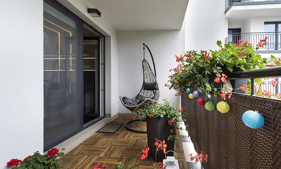 Küçük yatak odası balkon fikirleri, kaplarda bir bahçe yaratın ve bir salıncak takın ve bahçenin güzelleşmesini izlerken rahatlayın