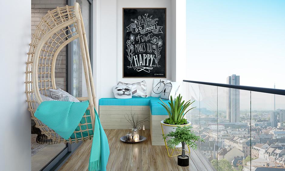 Küçük balkon fikirleri, rahatlamak için bir salıncak ve rahat yastıklar ve köşede L şeklinde bir kanepe ekler.