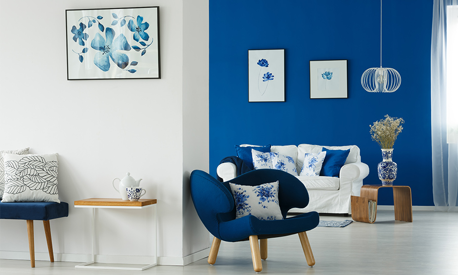 White and navy blue contrast colour walls and furniture brings a cool and fresh vibe to the room.
