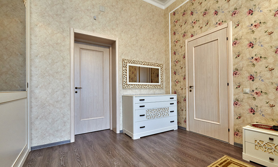 The vintage-styled entrance with two different wallpaper for hall wall is elegant.