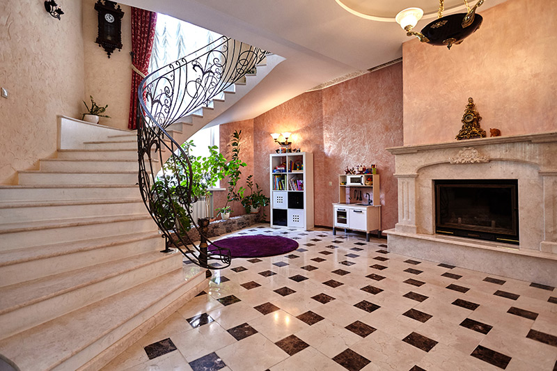 Decorate the wall with nostalgia and old-world charm like old clocks to collectables is the staircase wall decorating ideas.