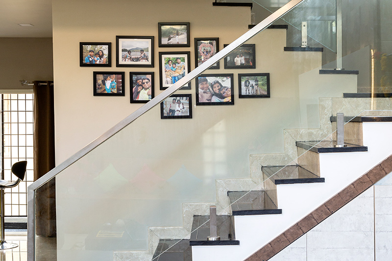 Adding personalised family photo frames by the staircase look more inspiring is modern staircase decorating ideas.