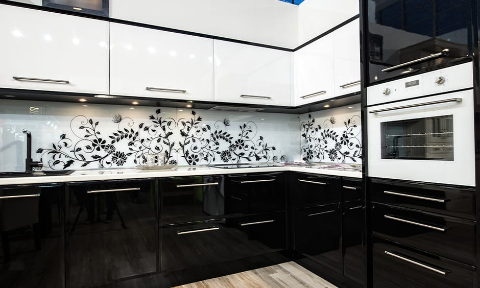 Classic black and white kitchen design gives simple and unique look