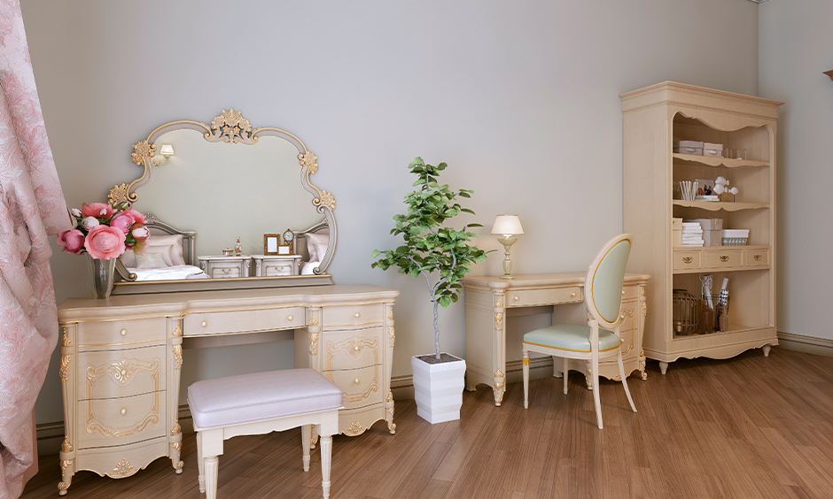 Cream dressing table colour in vintage-style with its golden detailing lends a beautiful charm to the bedroom.
