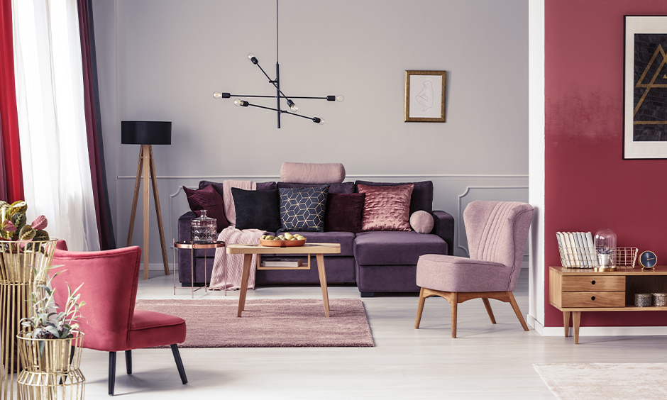 Pink living room design with a pink rug, a terracotta- pink wall, the dark pink chair